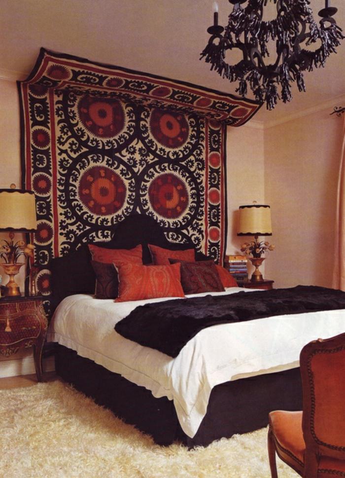 deco chambre boheme, lustre noir, tapis moelleux, coussins rouges, tête de lit noire