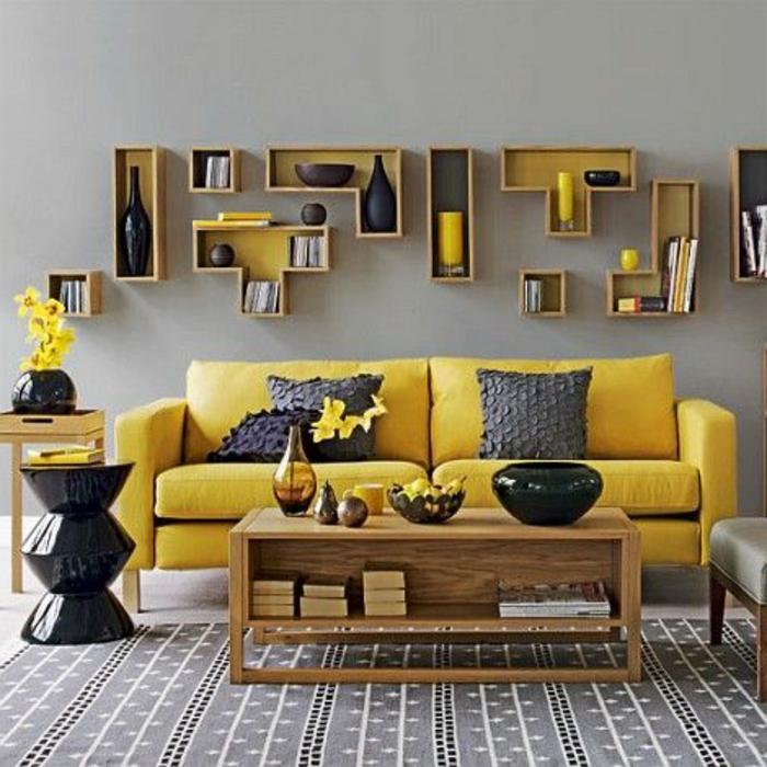 deco jaune gris, table en bois avec rangement, canapé à deux places, étagères murales