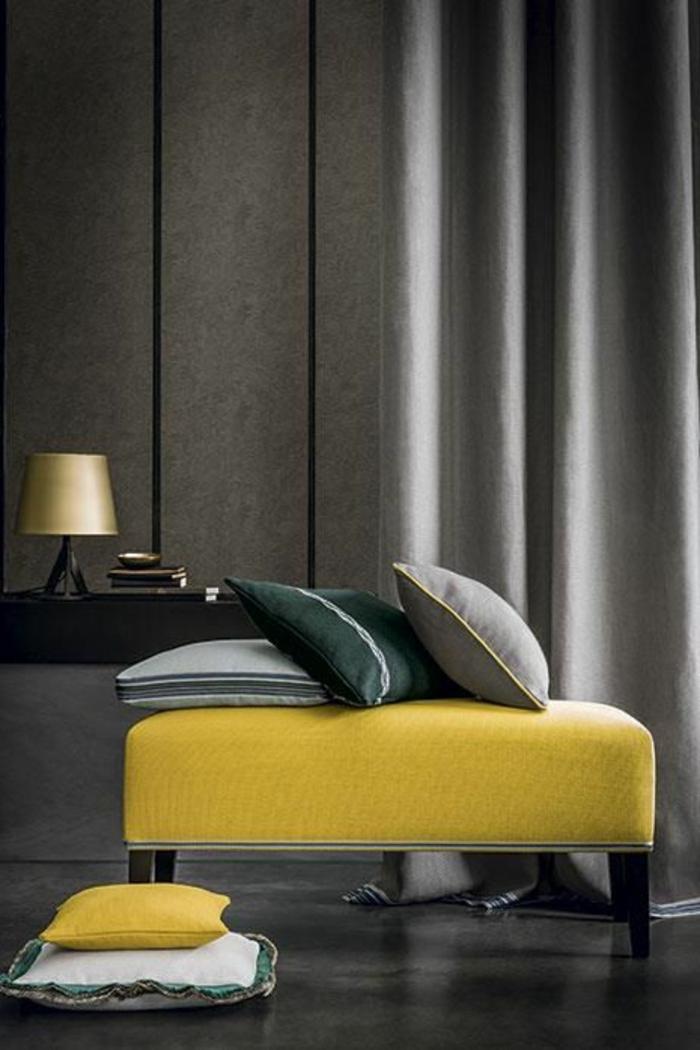 deco jaune gris, rieaux rigides, tabouret jaune, trois coussins déco et lampe à abat-jour