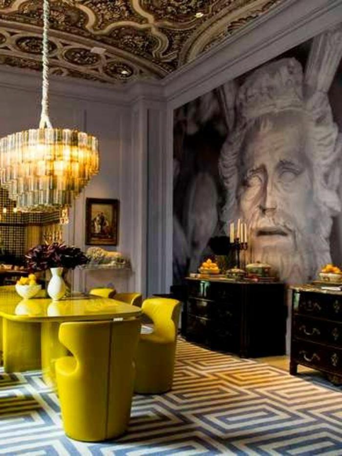 deco jaune gris, salon éclectique avec grand plafonnier, commodes vintage, plafond victorien