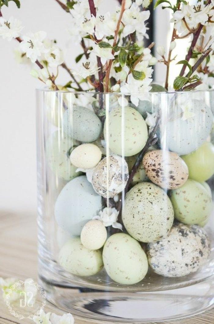Peindre les oeufs de pâques créatives idées poser les dans une vase de fleurs