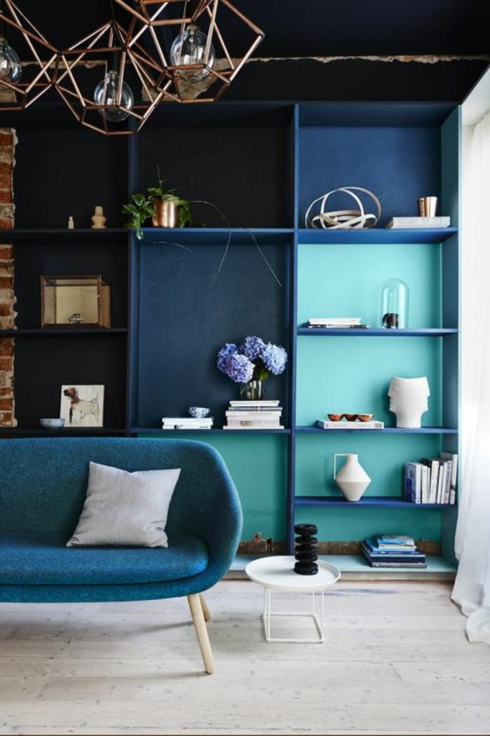 deco salon bleu canard, bibliothèque bleu canard et sofa bleu