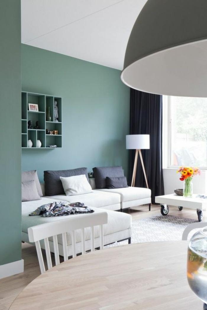 deco salon bleu canard, mur bleu clair, lampe usine, sofa blanc, table ronde en bois