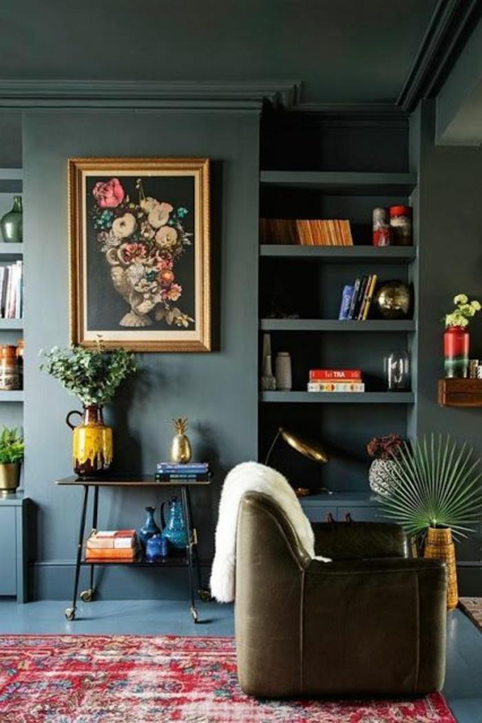 deco salon bleu canard, étagère intégrée avec livres et objets déco