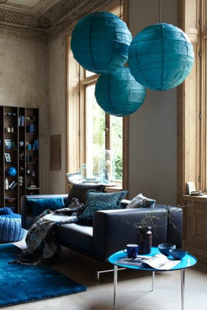 deco salon bleu canard, lanternes chinoises, sofa moderne, étagère colonne