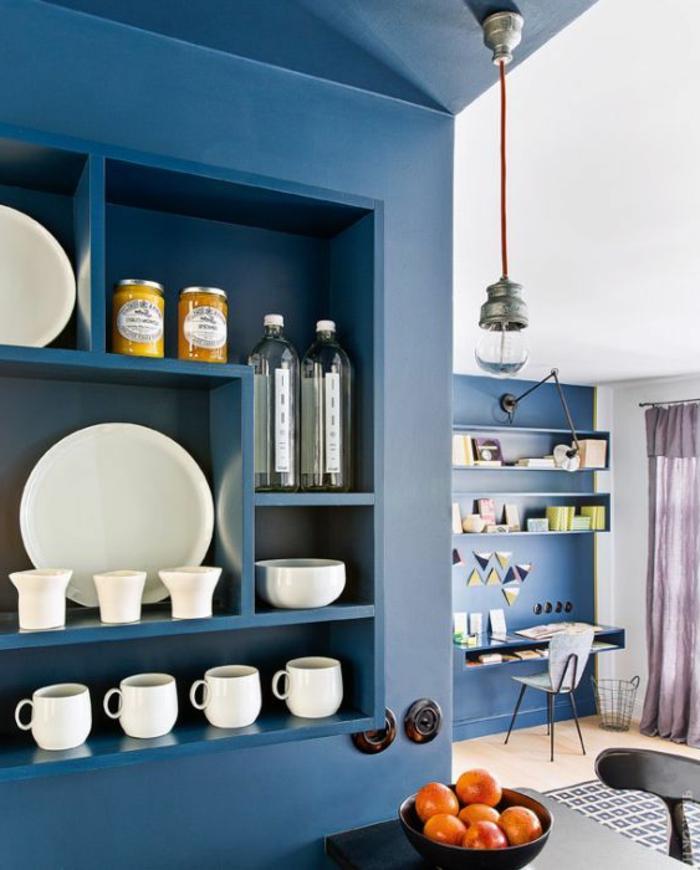 deco salon bleu canard, rangement mural original, lampe pendante