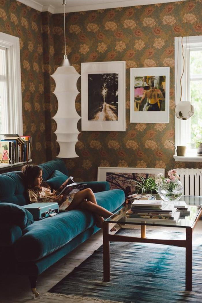 deco salon bleu canard, sofa bleu moelleux, lampe pendante blanche, papier peint floral