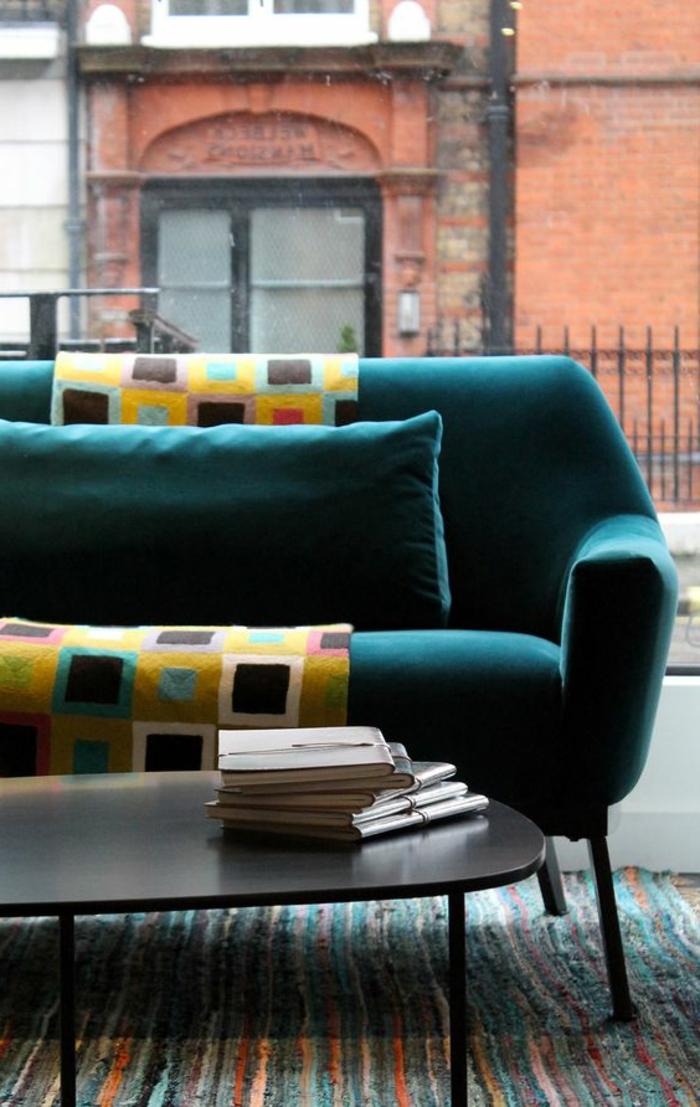 deco salon bleu canard, sofa bleu, table ovale, grande fenêtre