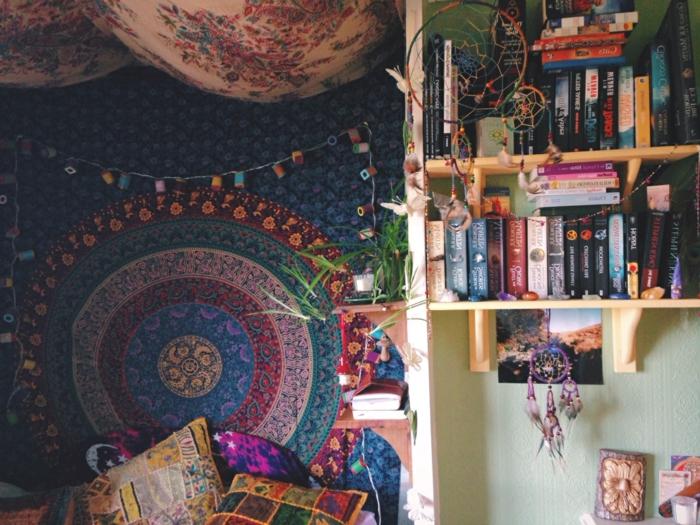 chambre hippie, guirlande lumineuse, étagères à livres, attrape-rêve