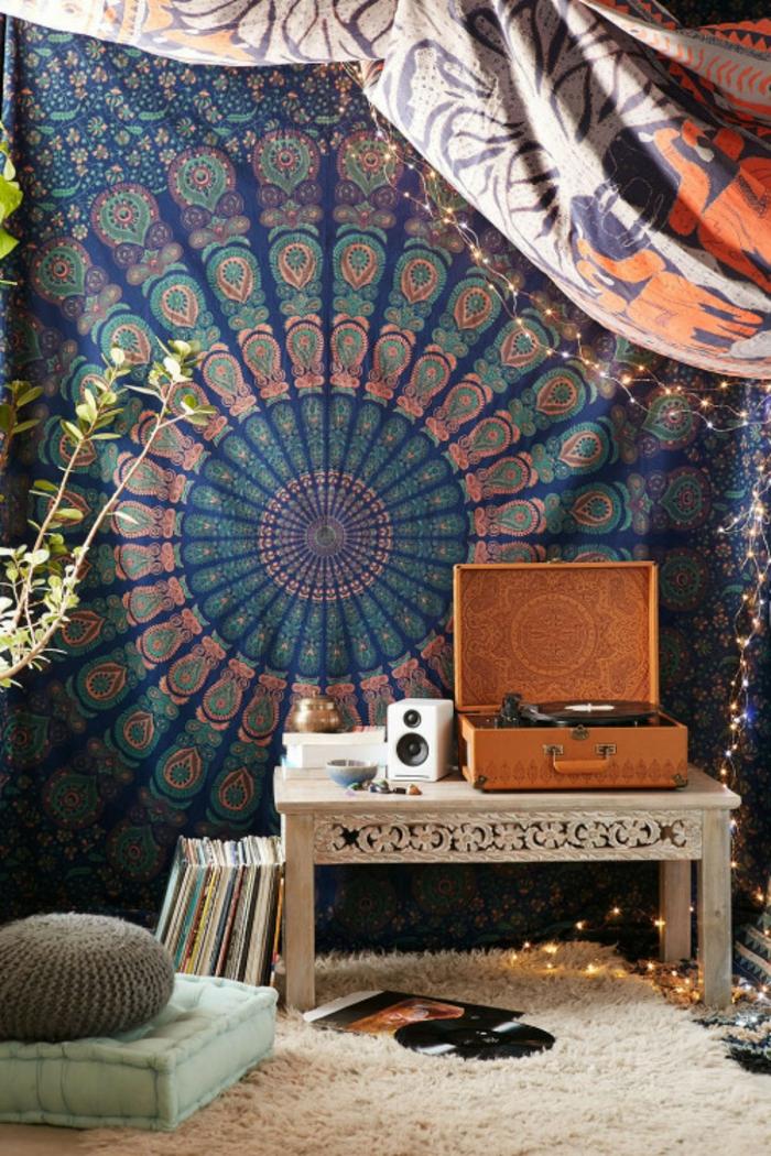 chambre hippie, teinture murale indienne, coffre en bois, tapis moelleux