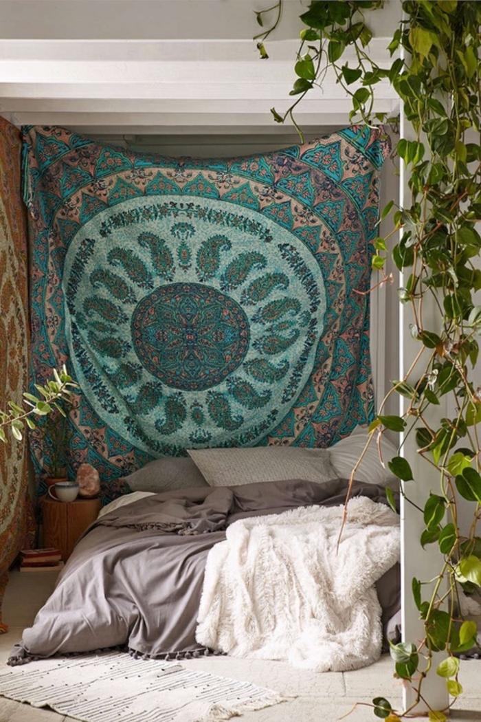 deco chambre boheme, plafond avec poutre en bois, teinture murale, deco hippie
