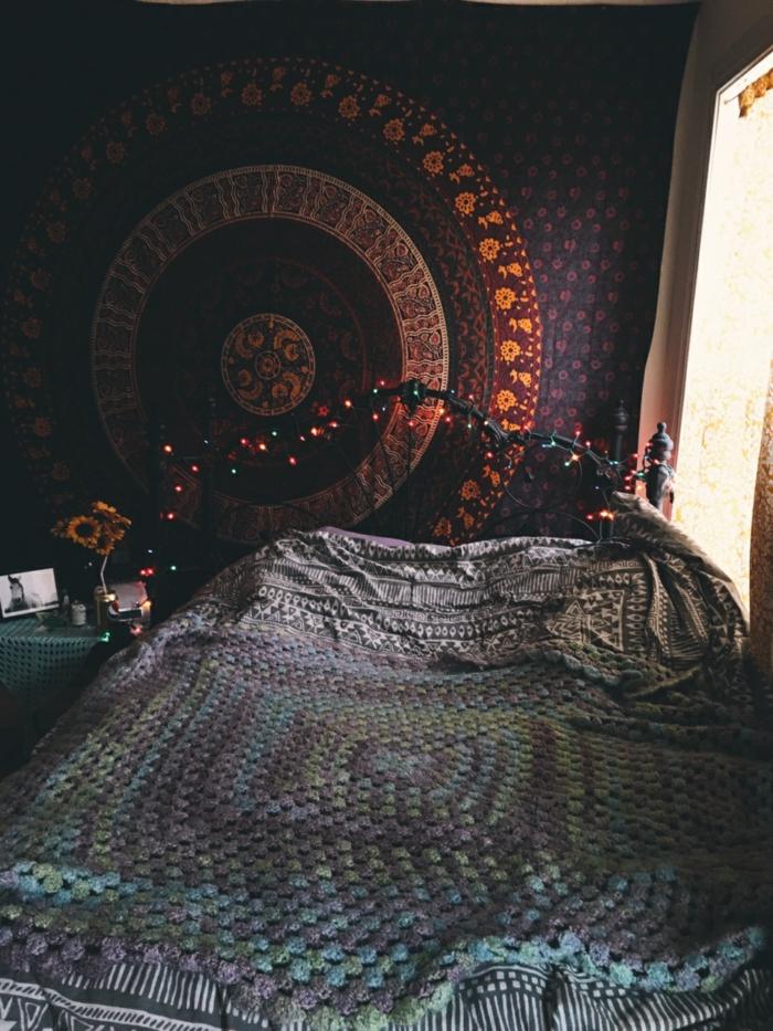 deco hippie, bouquet de fleurs, tête de lit en fer forgé, tapis indien