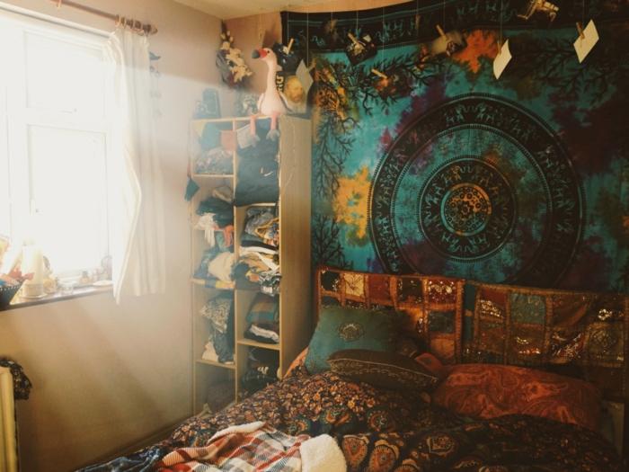 chambre hippie, grande fenêtre, teinture murale, coussins à motifs ethniques