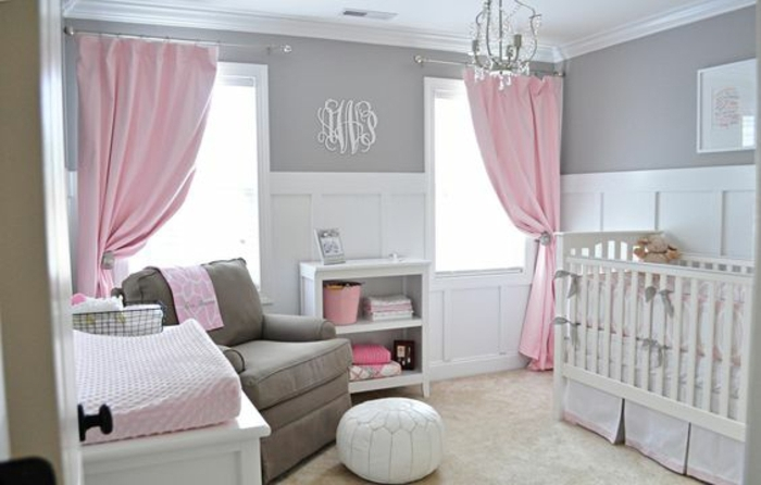 rideaux et détails rose, couleur peinture mur blanc et gris, lit bébé blanc, fauteuil gris, moquet gris clair, decoration chambre fille bébé