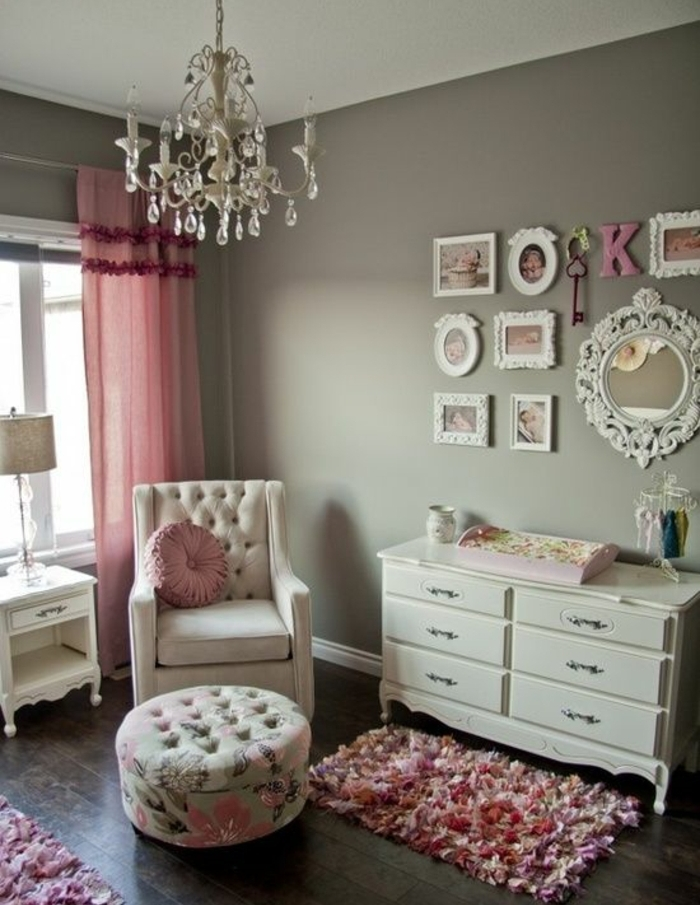 mur couleur gris, commode blanc, rideaux rose, canapé beige, coussin rose, deco murale vintage chic, tapis rose floraux, deco chambre fille