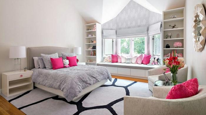 couleur mur blanc, tapis en gris et noir, lit gris, linge de lit gris et blanc, coussins rose, étagère, miroir, idée decoration chambre fille