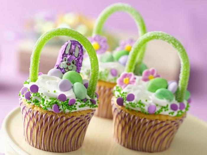 comment décorer des cupcakes, dessert de paques, petits paniers de paques, décorés d oeufs sucrés et de pépites de chocolat, lapin de paques au chocolat