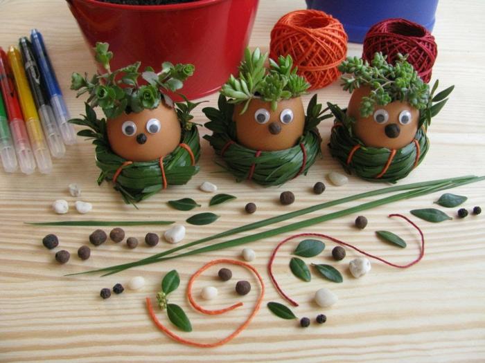 deco à faire soi meme, petits vases remplis de plantes vertes, coquille oeuf customisée, nez poivre et des yeux mobiles, activité manuelle paques