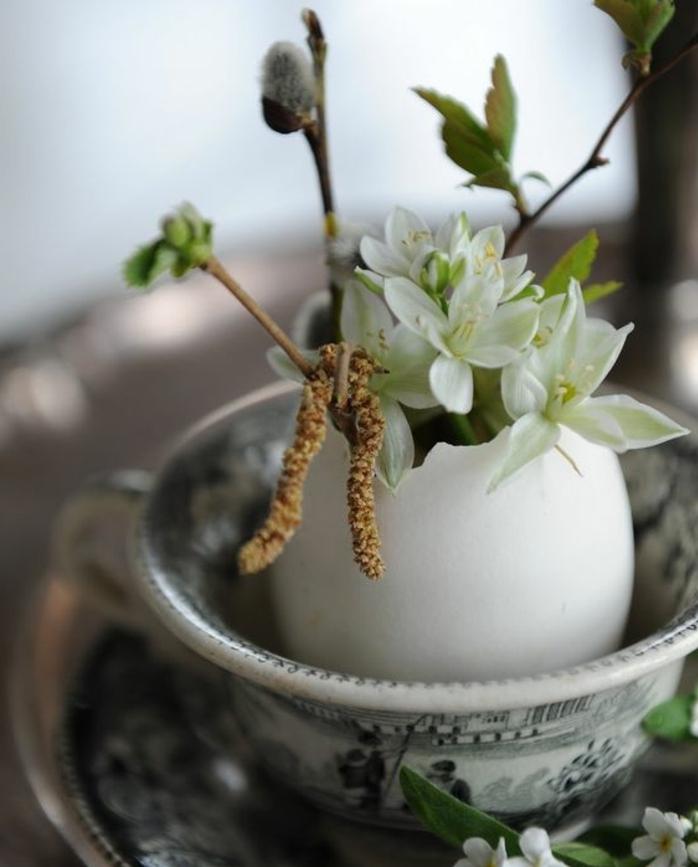 decoration table coquille oeuf, remplie de fleurs et de branchies, decoration table, tasse à thé vintage