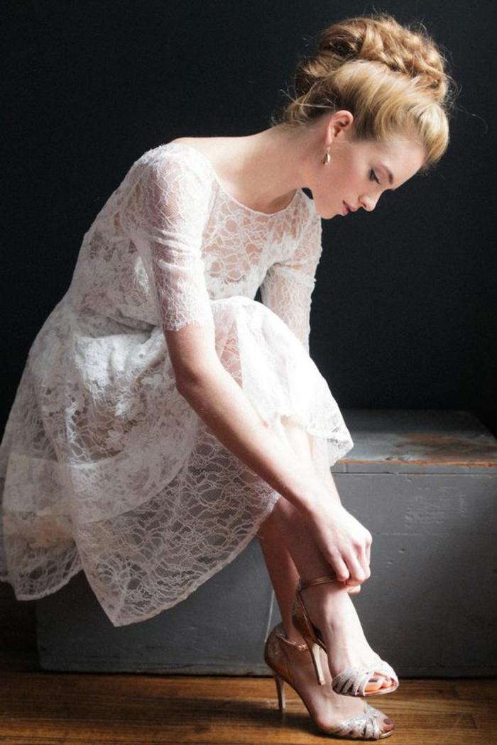 une jolie robe de mariée courte dentelle idéale pour une cérémonie de mariage civil