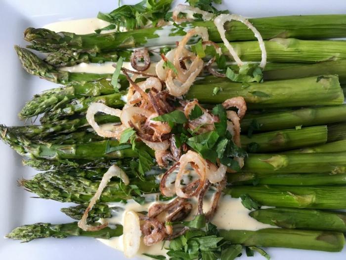 recette de paques facile, asperges rôtis à la sauce hollandaise, et oignons croquants, comment faire repas pascal