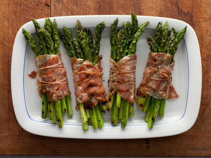 des asperges enveloppées de larde rôtis, comment faire une entree de paques facile avec des légumes et viande