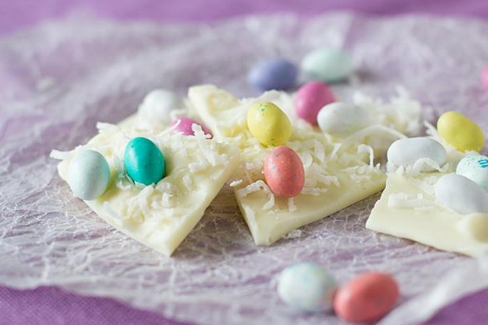 des barres de chocolat blanc, décorés de coco et oeuds sucrés, comment réaliser une recette de paques facile