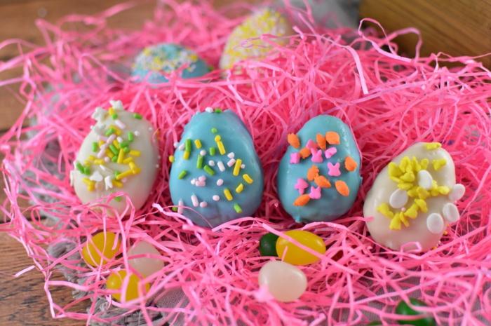 sablés en forme d oeufs de paques décorés, glaçage, idée de menu de paques, suggestion dessert multicolore
