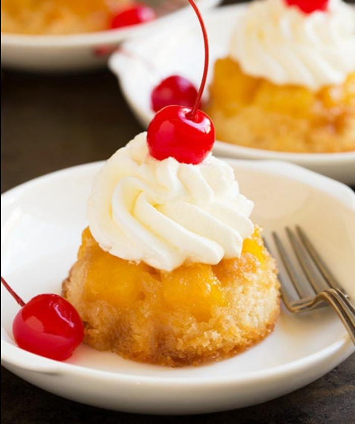 cupcakes à l ananas, garnis de crème fraîche et de cerises, idée de dessert de paques exquise pour le diner de paques