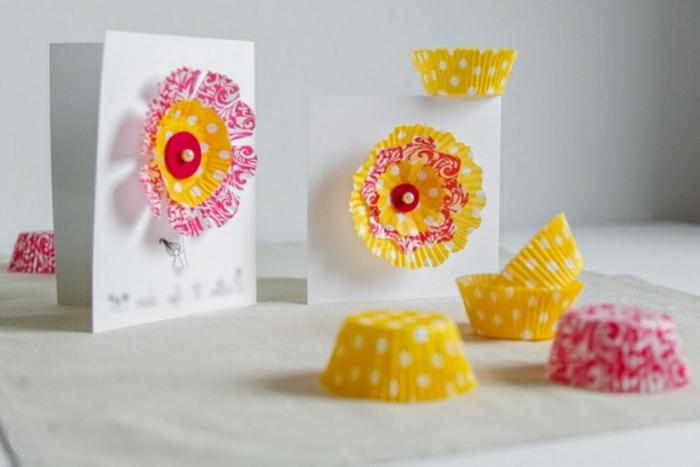 carte joyeuse paques, cartes blanches, fleurs en moules à muffins jaunes et rouges à motifs blancs, idée bricolage de paques