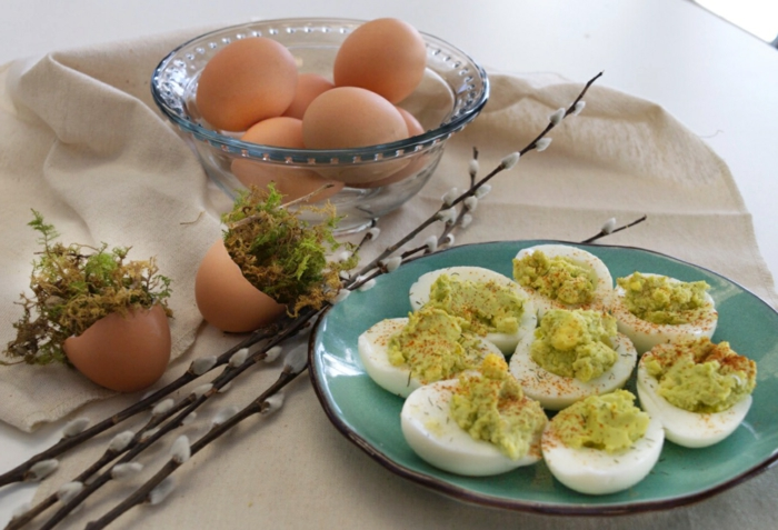 variation des oeufs mimosa, oeufs farcis d'avocat et jus de citron, entree de paque à préparer pour le repas paques