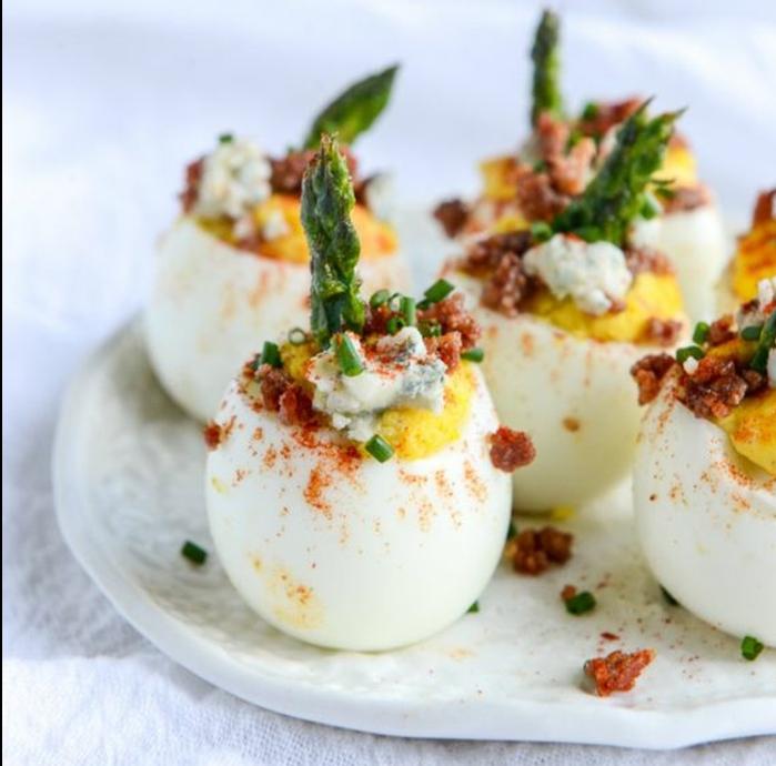 des oeufs farcis d asperges et de larde, idée d entree de paques savoureux, recette de paques facile et rapide