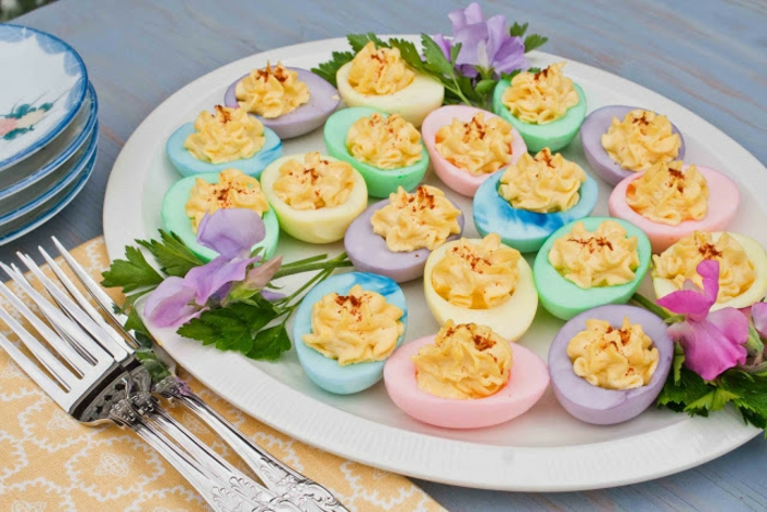 des oeufs mimosa dans des blancs d'oeufs peints, saupoudrés de paprika, exemple entree de paques, repas paques