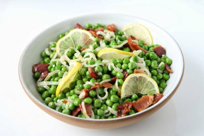 une salade de petits pois aux échalotes, lardons et citron, idée entree de paques avec des légumes de saison