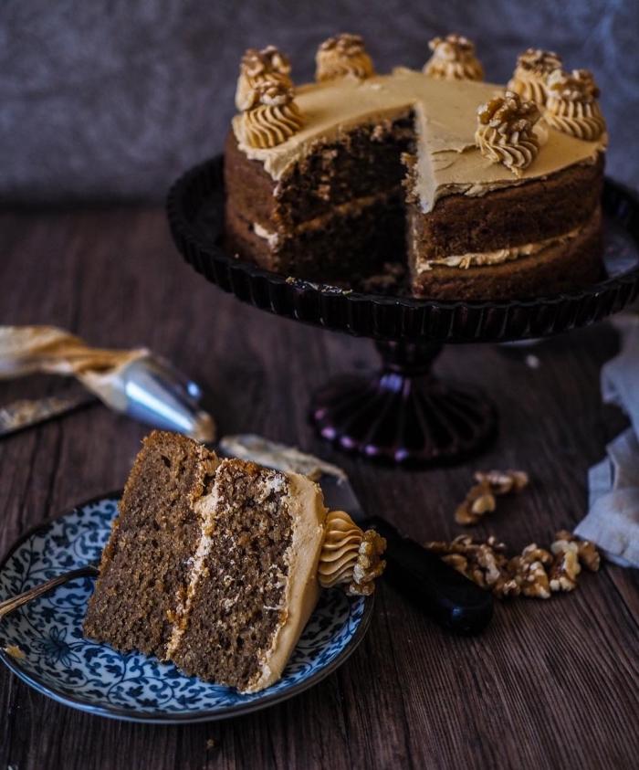 faire un gateau sans oeuf au chocolat, exemple de petit gâteau au chocolat et caramel fait maison, art déco pâtisserie