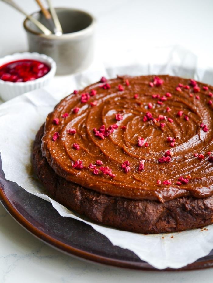 comment décorer un gâteau au chocolat, exemple de gateau nature sans oeuf, recette sucrée et facile sans oeufs