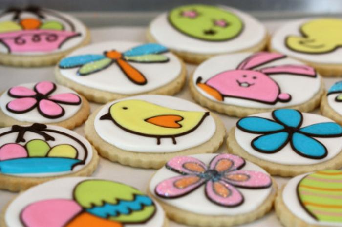 dessert de paques, idée de sablés de paques, décoration glacage chocolat, fleurs, oiseaux et oeufs colorés, panier de paques
