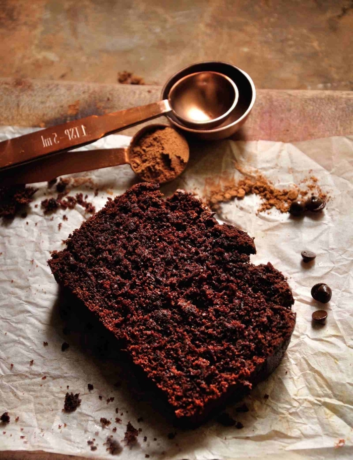 idée gâteau moelleux facile et rapide sans oeufs, exemple de dessert végétalien sans oeufs au chocolat noir