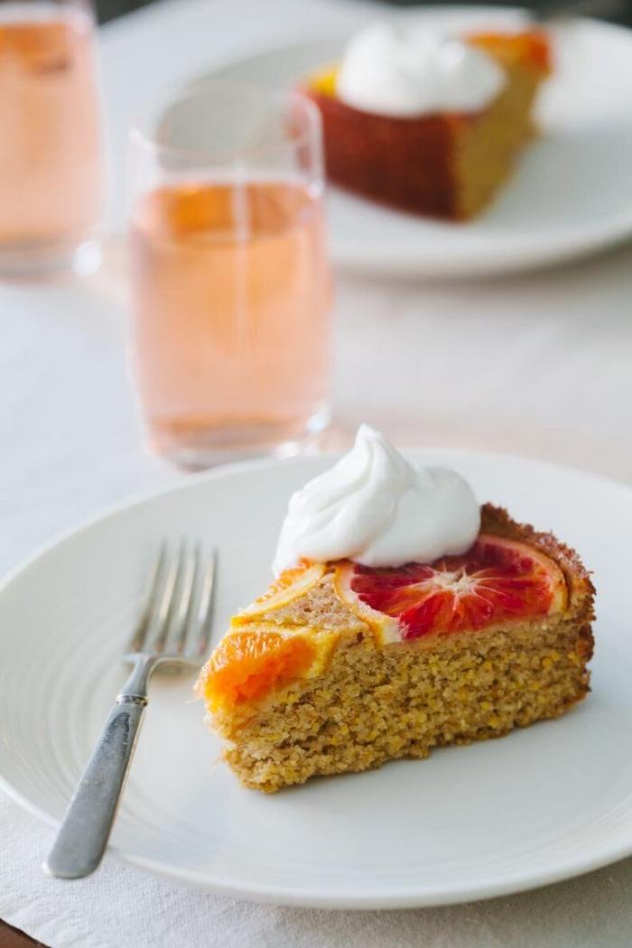 gâteau aux pommes sans oeufs, idée dessert préparé sans oeufs avec compotes de fruits, morceau de gâteau avec fruits gelés