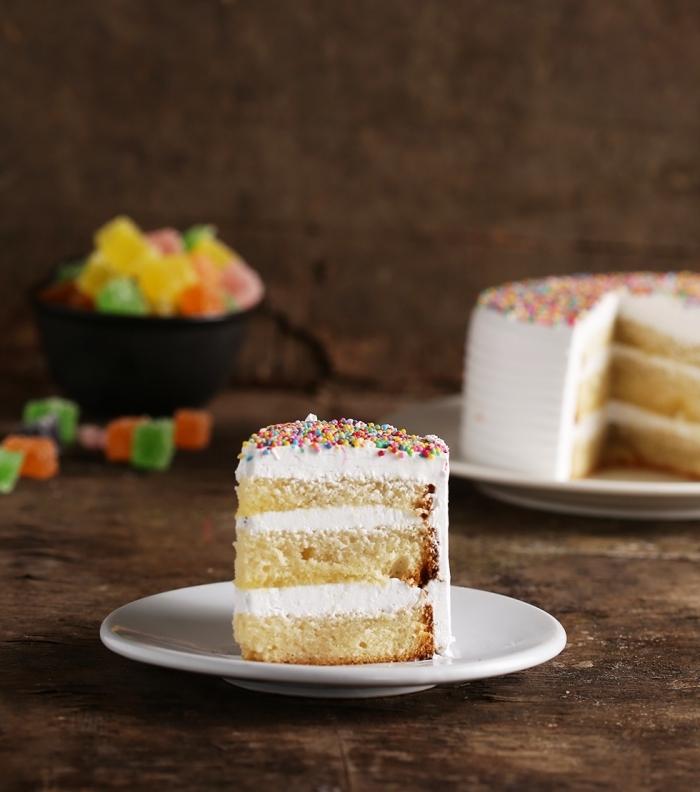 gâteau sans oeufs, idée recette sucrée sans oeufs facile et rapide, modèle de layers cake à la vanille et crème blanche