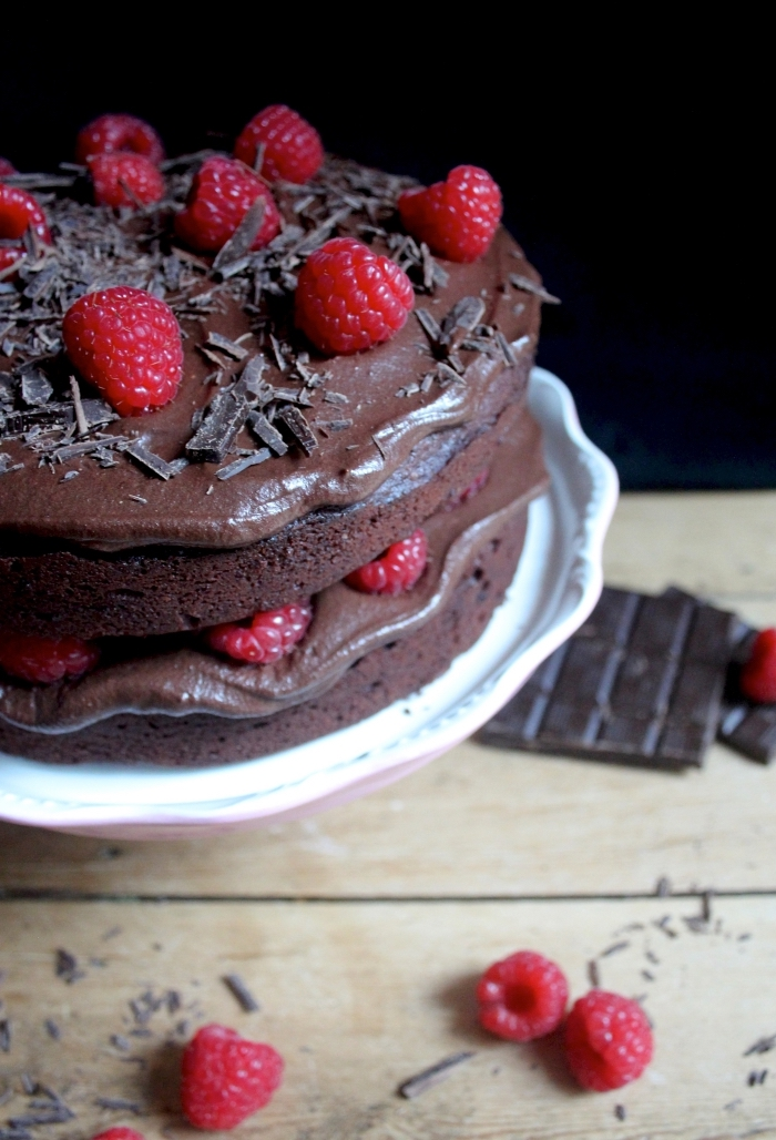 idée pour un dessert au chocolat et framboises, recette gateau sans oeuf au chocolat, déco pâtisserie avec chocolat râpé