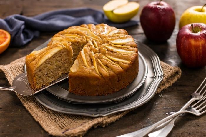 exemple de recette sans oeuf sucrée, préparer un gâteau avec compote ou purée de pommes pour remplacer les oeufs