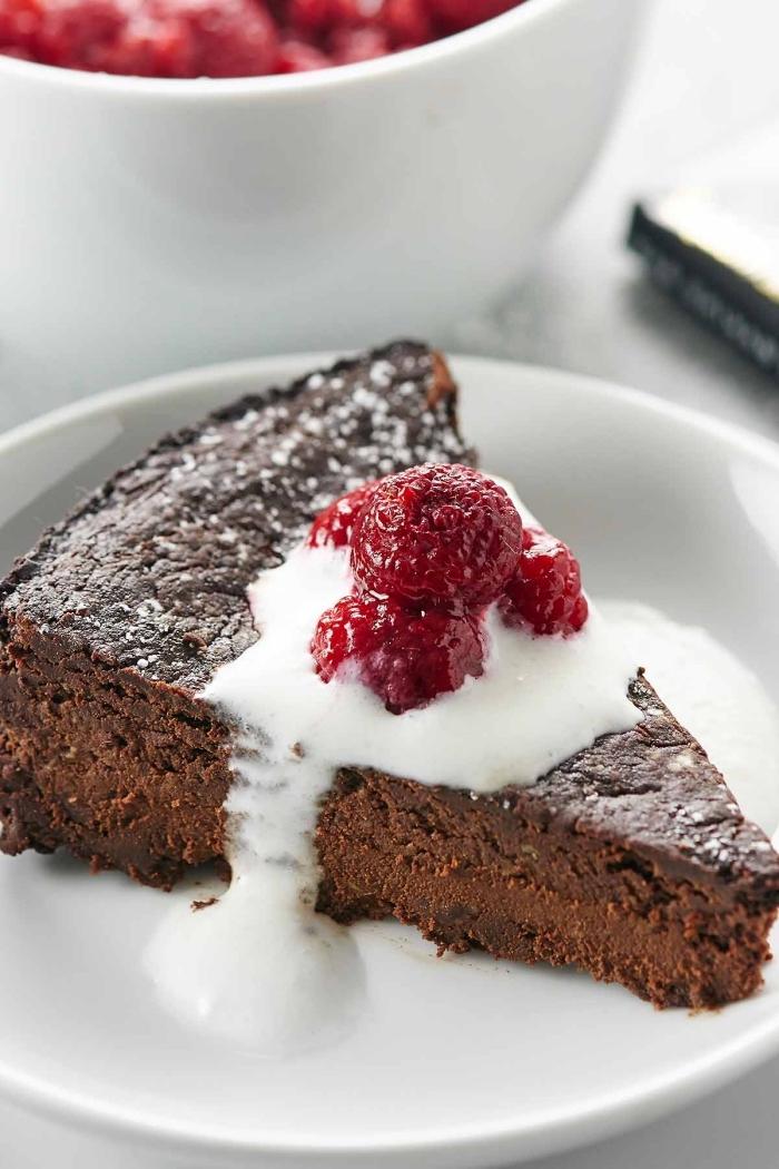 recette gateau sans oeuf, morceau de gâteau facile au chocolat décoré avec framboise, gateau au chocolat sans oeuf