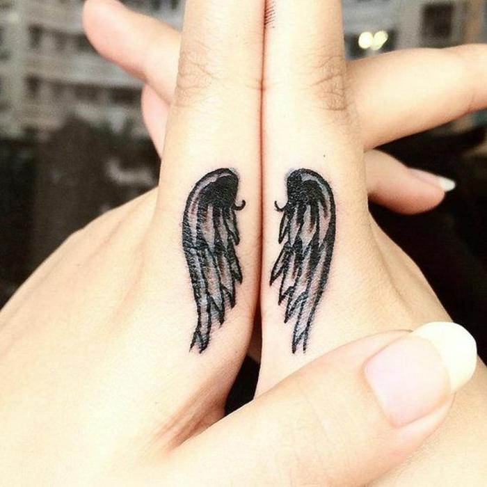 une petite paire d'aile tatouée sur le côté des index, idée originale de tatouage sur les doigts