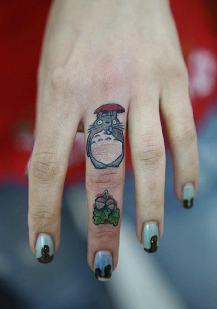 tatouage sur le doigt de style kpop, tatouage insolite