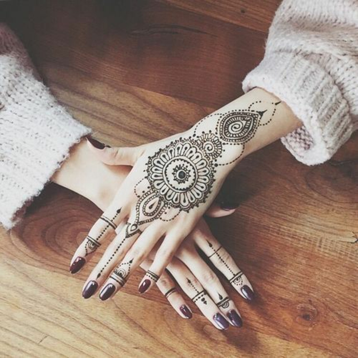 un tatouage main profondément symbolique, tatouage mandala décoratif
