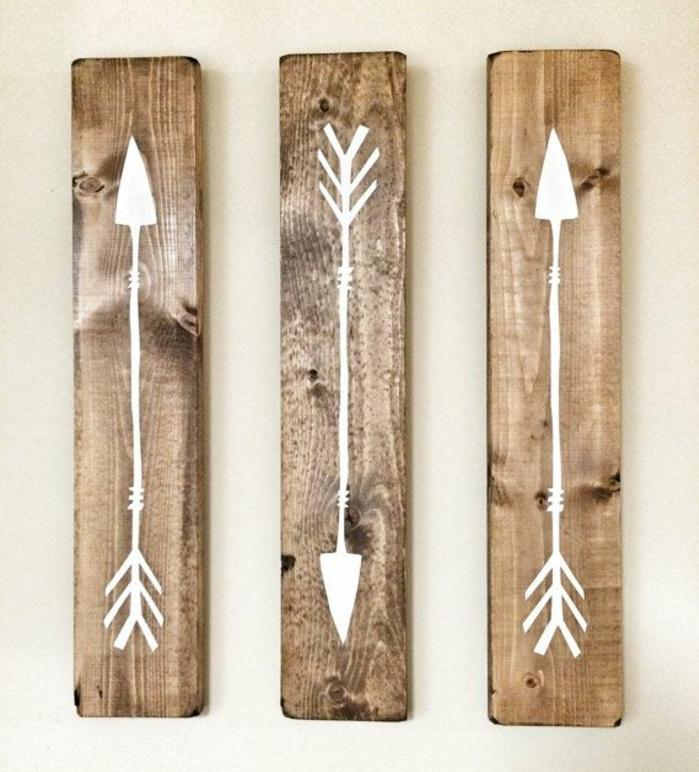 des planches de bois rectangulaires customisées, flèches à la peinture blanche, diy facile, idee creation deco