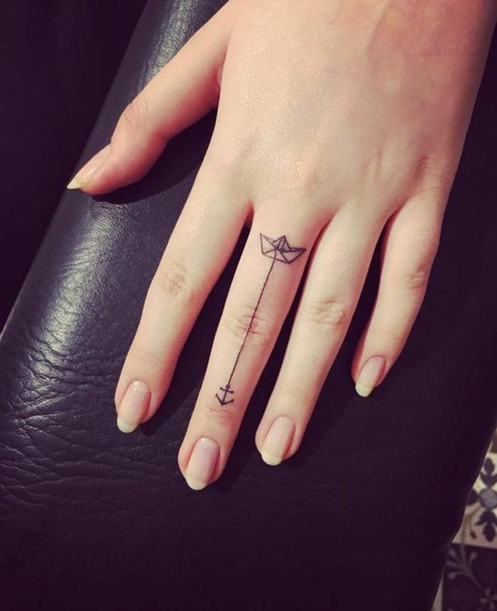 joli tatouage phalange motif bateau à ancre, des ongles nudes