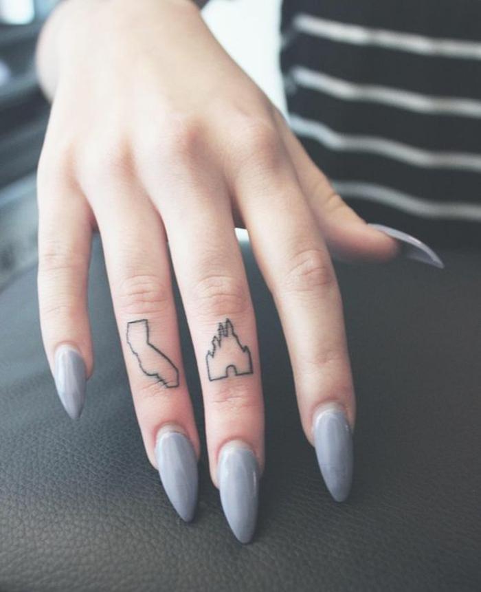 un tatouage phalange inspiré du château de Disney, tatouage géométrique pour femmes
