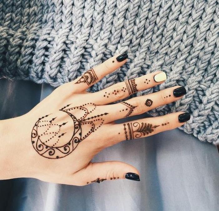 un tatouage main au henné très esthétique, un art de tatouage traditionnel